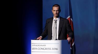 Aleksander Ceferin memberikan sambutan setelah dirinya terpilih sebagai Presiden baru UEFA dalam Kongres UEFA di Athena, Yunani, Rabu (14/9). (Reuters/Alkis Konstantinidis)