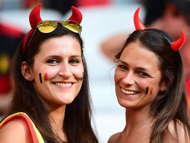 Fans cantik Belgia mengenakan atribut unik saat mendukung timnya melawan Swedia pada laga grup E Euro Cup 2016 di Stadion Allianz Riviera, Nice, Kamis (23/6/2016) dini hari WIB. (AFP/Emmanuell Dunand)