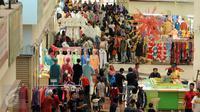 Sejumlah calon pembeli memadati Pusat Grosir Metro Tanah Abang Blok B, Jakarta, Selasa (5/7). Sehari jelang Idul Fitri 1437 H, aktivitas jual beli pakaian di Blok B Tanah Abang masih terlihat ramai. (Liputan6.com/Helmi Fithriansyah)