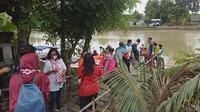 Relawan Solmet membagikan paket sembako di sejumlah titik wilayah Bekasi. (Istimewa)