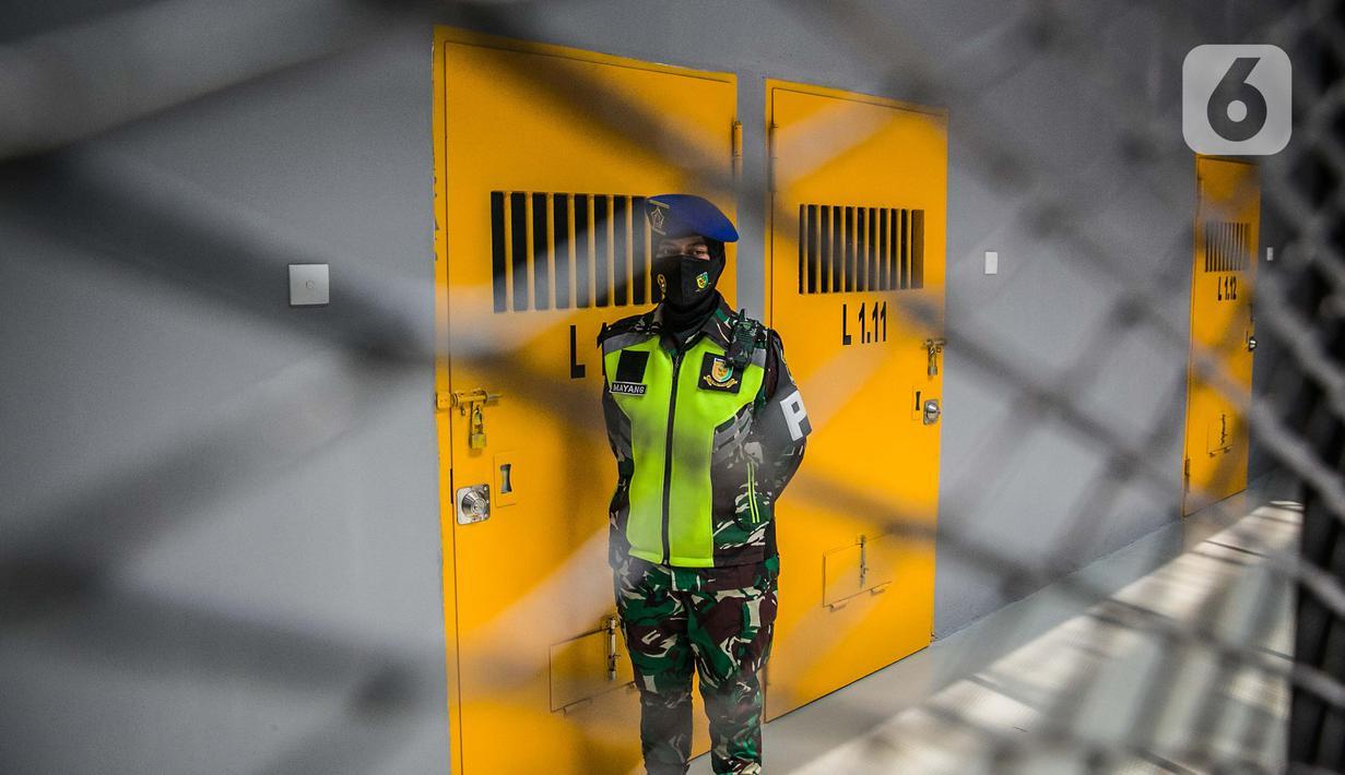 Petugas berjaga di Instalasi Tahanan Militer TNI AD, Markas Pomdam Jaya, Jakarta, Selasa (20/4/2021). Smart Instalasi Tahanan Militer berbasis Information, Communication dan Technology (ICT) ini menjadi hunian tahanan militer tercanggih pertama yang dimiliki oleh TNI AD. (Liputan6.com/Faizal Fanani)
