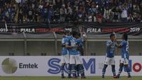 Para pemain Persib Bandung merayakan gol yang dicetak Kim Kurniawan ke gawang TIRA Persikabo pada laga Piala Presiden 2019 di Stadion Si Jalak Harupat, Bandung, Sabtu (2/3). Persib kalah 1-2 dari TIRA. (Bola.com/Yoppy Renato)