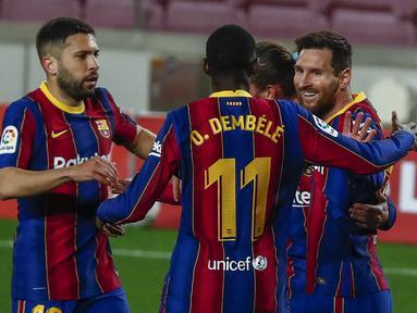 Para pemain Barcelona merayakan gol pertama ke gawang SD Huesca yang dicetak striker Lionel Messi (kanan) dalam laga lanjutan Liga Spanyol 2020/2021 pekan ke-27 di Camp Nou Stadium, Barcelona, Senin (15/3/2021). Barcelona menang 4-1 atas SD Huesca. (AP/Joan Monfort)