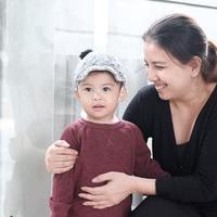 Tya Ariestya bersama anaknya, Kanaka, jalan-jalan naik angkutan umum (Instagram/@tya_ariestya)
