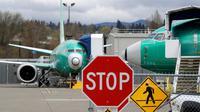 Boeing 737 MAX Jet terparkir di fasilitas produksi  di Renton, Washington, Senin (16/12/2019). Boeing Co mengumumkan akan menghentikan untuk sementara waktu produksi pesawat jenis 737 MAX – yang sudah dilarang terbang – pada Januari 2020 mendatang. (AP/Elaine Thompson)