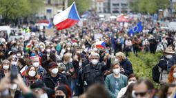 Warga berdemonstrasi di Praha, Republik Ceko, Kamis (29/4/2021). Ribuan warga berunjuk rasa menentang Presiden Milos Zeman dan menuduhnya melakukan pengkhianatan atas sikap pro Rusia pada dugaan partisipasi mata-mata Rusia dalam ledakan di Ceko. (AP Photo/Petr David Josek)
