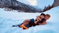 Raffi Ahmad mendekap erat Rafathar saat berada di Zermatt, Swiss (Dok.Instagram/@raffinagita1717/https://www.instagram.com/p/B6O9NtHhSOF/Komarudin)