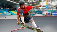 Skateboarder Indonesia, Jason Dennis Lijnzaat melakukan gerakan trik pada final taman putra Asian Games 2018 di arena roller sport Jakabaring, Palembang, Rabu (29/8). Jason meraih medali perak dengan mengumpulkan 68,33 poin. (AP/Vincent Thian)