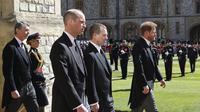 Pangeran William dan Pangeran Harry berjalan dalam prosesi di belakang peti mati Pangeran Philip, bersama anggota keluarga Kerajaan lainnya selama pemakaman Pangeran Philip Inggris di dalam Kastil Windsor di Windsor, Inggris, Sabtu (17/4/2021). (Chris Jackson / Pool via AP)