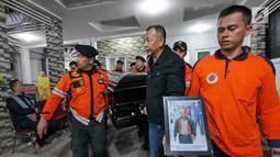 Petugas BNPB membawa jenazah Kapus Data Informasi dan Humas BNPB Sutopo Purwo Nugroho untuk diberangkatkan ke Bandara Soekarno-Hatta usai disemayamkan di rumah duka Raffles Hils, Cimanggis, Depok, Senin (7/7/2019). Sutopo akan dikebumikan di Boyolali. (Liputan6.com/Herman Zakharia)