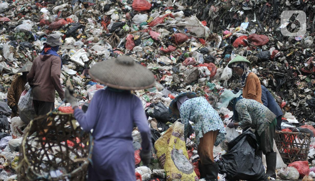 Aktivitas pemulung di Tempat Pembuangan Akhir (TPA) Cipayung, Depok, Jawa Barat, Kamis (9/4/2020). Komunitas Plastik Untuk Kebaikan (PUK) mencatat sekitar 4 juta pemulung di Indonesia turut terkena dampak pandemi virus Corona atau Covid-19 dan rentan tertular. (merdeka.com/Iqbal S. Nugroho)