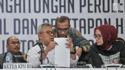 Ketua KPU Arief Budiman berbincang dengan Anggota KPU saat penghitungan suara dan penetapan hasil Pemilu 2019 di Gedung KPU, Jakarta, Selasa (21/5/2019). Hasil rekapitulasi suara, 9 parpol mendapatkan perolehan suara di atas 4 persen dan 7 parpol di bawah empat persen. (merdeka.com/Iqbal S Nugroho)