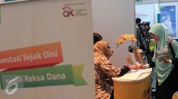 Pengunjung mendatangi sebuah stand saat Festival Pasar Modal Syariah 2016 di Bursa Efek Jakrta, Kamis (31/3). Jumlah saham syariah tercatat sebanyak 318 saham atau 61 persen dari total kapitalisasi pasar saham Indonesia. (Liputan6.com/AnggaYuniar)