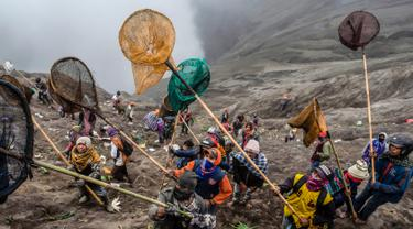 Yadnya Kasada, Ritual Melarung Sajen ke Kawah Gunung Bromo