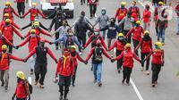 Massa dari berbagai elemen buruh berunjuk rasa di kawasan Patung Kuda, Jakarta, Kamis (22/10/2020). Dalam aksi yang digelar bertepatan dengan setahun pemerintahan Presiden Joko Widodo-Wapres Ma'ruf Amin itu massa meminta dikeluarkannya Perppu pencabutan UU Cipta Kerja. (Liputan6.com/Faizal Fanani)