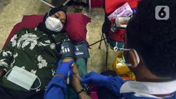 Pegawai mengikuti donor darah di Kompleks Parlemen, Senayan, Jakarta, Rabu (11/11/2020). Donor darah dipastikan dilakukan dengan protokol kesehatan (prokes) yang ketat. (Liputan6.com/Johan Tallo)