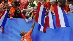 Shanice Van De Sanden striker Belanda menyapa para fans di Stade du Hainaut, Valenciennes, Prancis setelah Belanda mengandaskan Kamerun dengan skor 3-1 di penyisihan Grup E Piala Dunia Wanita 2019. ( AP/Michel Spingler )