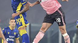 Bek Juventus, Merih Demiral berebut bola dengan gelandang Hellas Verona, Mattia Zaccagni pada pertandigan lanjutan Liga Serie A Italia di Allianz Stadium di Turin (25/10/2020). Juventus bermain imbang 1-1 atas Verona. (Tano Pecoraro/LaPresse via AP)