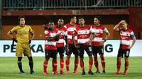 Skuat Madura United meratapi kekalahan dari PSS di Stadion Gelora Madura, Pamekasan, Rabu (31/7/2019). (Bola.com/Aditya Wany)