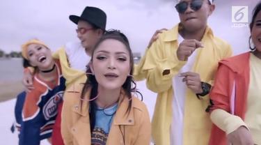 Siti Badriah patut berbangga hati, lantaran lagunya bisa bersaing dengan musikus dunia. Hebatnya lagi, tak ada musikus Indonesia lainnya yang masuk dalam YouTube Chart Billboard.