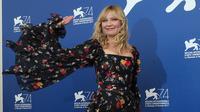 """Aktris Kirsten Dunst menyapa pengemarnya saat menghadiri pemutaran film """"Woodshock"""" di Festival Film Venice ke-74 di Venice Lido, Italia (4/9). Film """"Woodshock"""" ditulis dan disutradarai oleh Kate dan Laura Mulleavy. (Photo by Joel Ryan/Invision/AP)"""