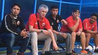 Pelatih anyar Persija, Ivan Kolev, sudah terlihat dalam sesi latihan di Lapangan Sutasoma, Halim Perdanakusuma, Jakarta, Selasa (15/1/2019). (Bola.com/Benediktus Gerendo Pradigdo)