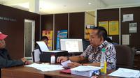 Mustakim, melaporkan kasus penipuan di media sosial (medsos) Palembang yang dialaminya ke SPKT Polresta Palembang (Liputan6.com / Nefri Inge)