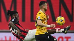 Gelandang AC Milan, Franck Kessie (kiri) berebut bola dengan striker Udinese, Ilja Nestorovski dalam laga lanjutan Liga Italia 2020/21 pekan ke-25 di San Siro Stadium, Rabu (3/3/2021). AC Milan bermain imbang 1-1 dengan Udinese. (AFP/Miguel Medina)