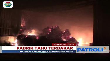 Pabrik pengolahan tahu di Sumedang, Jawa Barat, pada Minggu (1/4) malam hangus terbakar. Polisi masih mencari tau penyebab kebakaran.