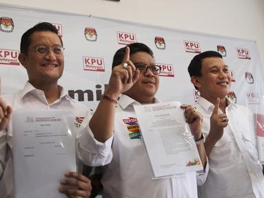 Sekjen PDIP Hasto Kristianto (tengah) bersama para sekjen partai pendukung capres dan cawapres Jokowi-Ma'ruf  menunjukkan dokumen saat melaporkan dana awal kampanye Pilpres 2019 di Gedung KPU, Jakarta, Sabtu (22/9). (Liputan6.com/Herman Zakharia)