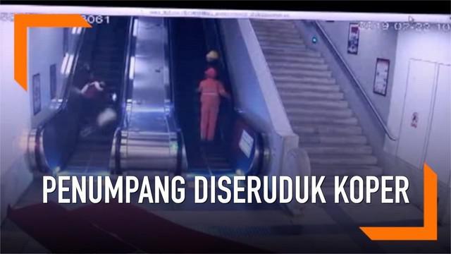 Seorang penumpang kereta jatuh di eskalator usai tertabrak koper milik penumpang lain yang terlepas. Akibatnya  korban mengalami patah tulang punggung.