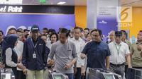 Presiden Joko Widodo menempelkan tiket mAsuk untuk menaiki moda raya terpadu (MRT) di Stasiun MRT Istora Mandiri, Jakarta, Minggu (24/3). MRT beroperasi secara komersial pada 1 April 2019. (Liputan6.com/Faizal Fanani)