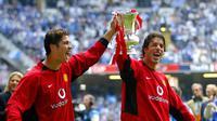 Cristiano Ronaldo (kiri) dan Ruud van Nistelrooy membawa Manchester United (MU) menjuarai Piala FA 2004. (AFP/Jim Watson)