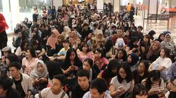 Fans BLACKPINK memasuki area acara Meet Lisa from BLACKPINK di Kota Kasablanka, Jakarta, Kamis (9/8). Para penggemar sangat antusias menyaksikan secara langsung Lisa BLACKPINK. (Liputan6.com/Herman Zakharia)
