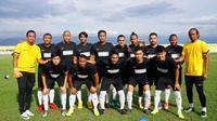 Mantan dan pemain aktif Timnas Indonesia pada laga amal melawan Celebest All Star untuk korban gempa dan tsunami di Palu. (Bola.com/Istimewa)