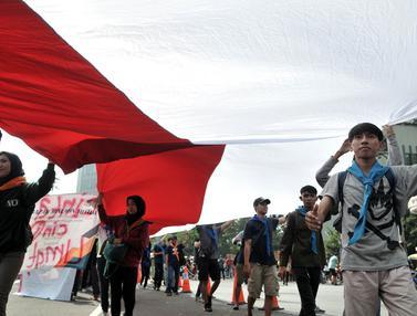 Bendera Merah Putih Raksasa Warnai Peringatan Hari Bumi di Bundaran HI