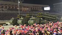 Parade militer menandai kongres partai yang berkuasa di Lapangan Kim Il-sung, Pyongyang, Korea Utara, Kamis (14/1/2021). Korea Utara meluncurkan rudal balistik yang dirancang untuk diluncurkan dari kapal selam dan perangkat keras militer lain. (Korean Central News Agency/Korea News Service via AP)