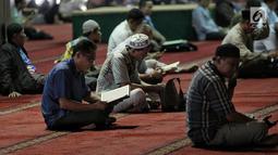 Sejumlah jemaah membaca kitab suci Alquran usai salat di Masjid Istiqlal, Jakarta, Selasa (7/5/2019). Di antara amal kebajikan yang sangat dianjurkan dilakukan pada bulan suci Ramadan adalah tadarus Alquran. (Liputan6.com/Faizal Fanani)