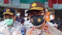 Dirgakum Korlantas Mabes Polri Brigjen Kushariyanto saat mengunjungi korban kecelakaan maut Tol Cipali ke RS Mitra Plumbon Cirebon. Foto (Liputan6.com / Panji Prayitno)
