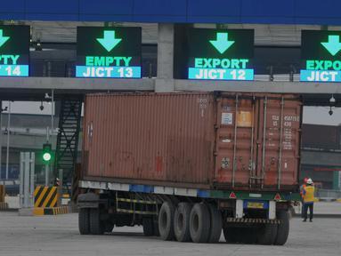 PT Jakarta International Container Terminal (JICT) melengkapi pintu otomatis atau joint autogate dengan fasilitas jembatan timbangan sebagai persyaratan International Maritime Organization (IMO), Jakarta, Jumat (27/5/2016). (Liputan6.com/Gempur M Surya)