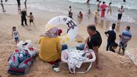 Muslim Palestina menikmati suasana libur Lebaran di pantai Tel Aviv, Israel, 6 Juni 2019. Warga Palestina mengunjungi pantai di kawasan Tel Aviv untuk menandai berakhirnya ibadah puasa Ramadan. (AP Photo/Oded Balilty)
