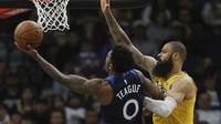 Pemain Timberwolves, Jeff Teague mencoba memasuki bola ke jaring dengan kawalan bintang Lakers, Tyson Chandler. (AP Photo/Stacy Bengs)