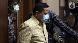 Terdakwa kasus suap penghapusan red notice Djoko Tjandra, Irjen (Pol) Napoleon Bonaparte (tengah) bersiap menjalani sidang pembacaan putusan di Pengadilan Tipikor, Jakarta, Rabu (10/3/2021). Majelis Hakim memvonis terdakwa empat tahun penjara dan denda Rp100 juta. (Liputan6.com/Helmi Fithriansyah)