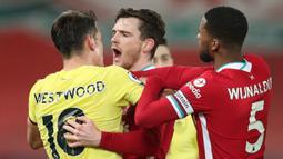 Bek Liverpool, Andrew Robertson (tengah) terlibat pertikaian dengan gelandang Burnley, Ashley Westwood dalam laga lanjutan Liga Inggris 2020/21 di Anfield Stadium, Liverpool, Kamis (21/1/2021). Liverpool kalah 0-1 dari Burnley. (AFP/Clive Brunskill/Pool)
