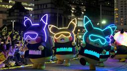 Para peserta dengan pakaian Pikachu, karakter ikonik serial animasi Pokemon, berpartisipasi dalam parade tahunan Pikachu di Yokohama, Jepang, 8 Agustus 2019. Nantinya akan ada lebih dari 2.000 Pikachu menari bersama untuk memeriahkan acara dan menghibur para pengunjung. (Kazuhiro NOGI/AFP)