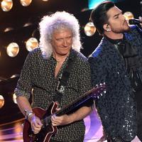 Personel band Queen, Adam Lambert dan Brian May  tampil membuka perhelatan Oscar 2019 di Dolby Theatre, Los Angeles, Minggu (24/2). Queen menjadi magnet di Oscar 2019 karena biopic tentang band itu menjadi salah satu nomine (Kevin Winter/Getty Images/AFP)