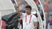 Manajer Persija Jakarta, Ardhi Tjahjoko, memberikan instruksi saat melawan Becamex Binh Duong pada laga Piala AFC di SUGBK, Jakarta, Selasa (26/2). Kedua klub bermain imbang 0-0. (Bola.com/M. Iqbal Ichsan)