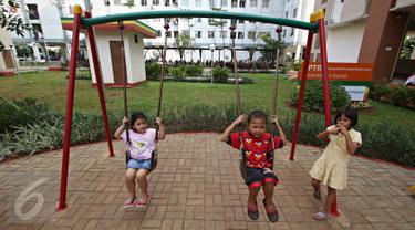 Anak-anak bermain ayunan di Ruang Publik Terpadu Ramah Anak (RPTRA) Rusun Pulogebang, Jakarta, Rabu (18/5). Gubernur DKI Basuki Tjahaja Purnama atau Ahok ingin RPTRA tidak hanya untuk anak-anak saja, tapi juga buat lansia. (Liputan6.com/Immanuel Antonius)