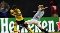 Pulisic (kiri) mencoba lewati adangan pemain City (AP Photo/Annie Rice)