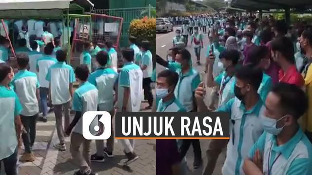 Aksi unjuk rasa terjadi di sebuah perusahaan di Boyolali. Ribuan pekerja itu memprotes kebijakan kantor tentang gaji dan THR yang dicicil.